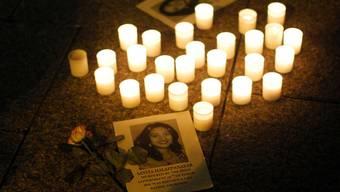 Kerzen für die verstorbene Frau, der eine Abtreibung verweigert wurde