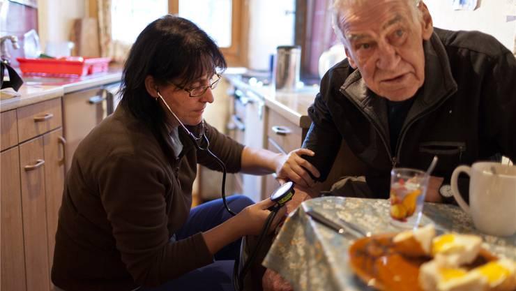 Die Spitex-Mitarbeiterinnen pflegen die Leute zuhause. (Symbolbild)