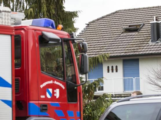 Kurz vor Mittag geht bei der Feuerwehr Rupperswil-Auenstein ein Notruf über einen Brand in diesem Einfamilienhaus in Rupperswil ein.