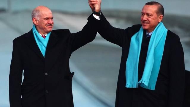 Der griechische Regierungschef Papandreou (l.) posiert mit seinem türkischen Amtskollegen Erdogan