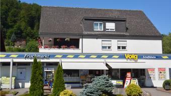 Der Volg an der Seetalstrasse in Schafisheim leidet unter der vierwöchigen Strassensperre. Für treue Kunden und Strassenarbeiter gibt es in dieser Zeit günstiger Kaffee und Gipfeli.