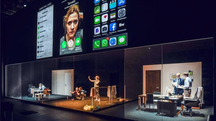 Die Akteure spielen in Glaskästen, wir sind dank Mikros bei allen Intimitäten dabei. «Nora oder Ein Puppenhaus» am Schauspielhaus Zürich.