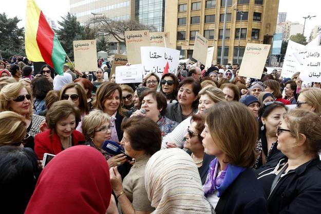 Libanesische Frauen protestieren währen eines Sitzstreikes vor dem Regierungspalast. Sie fordern Mitspracherecht und die Möglichkeit, sich in der Regierung und dem Parlament beteiligen zu können.
