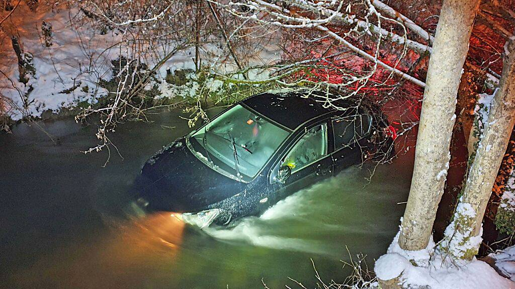 Glatteis - Auto überschlägt sich und landet im Murgkanal