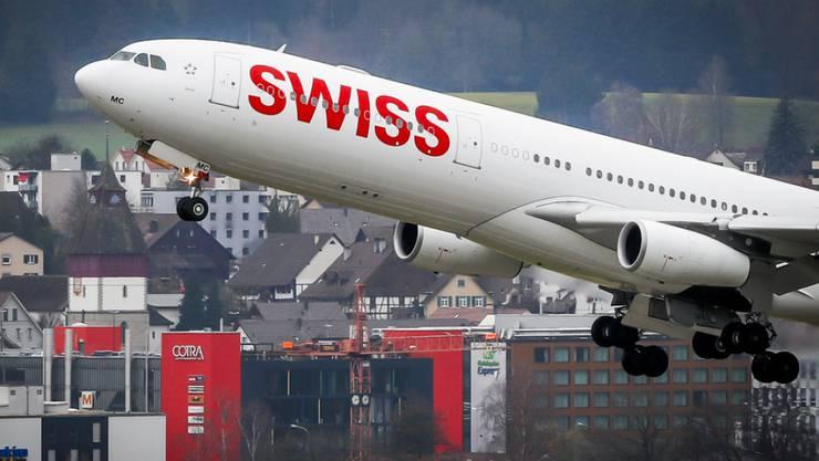 Ein Airbus 340-300 von Swiss Airlines beim Start in Zürich-Kloten. Die Fluggesellschaft erzielte 2017 einen Passagierrekord. (Archiv)