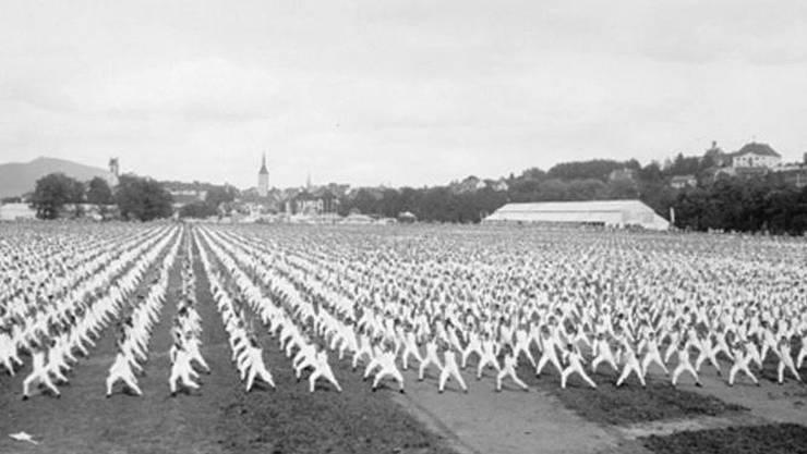 Grossfeldgymnastik am Eidgenössischen Turnfest in Aarau (1932).