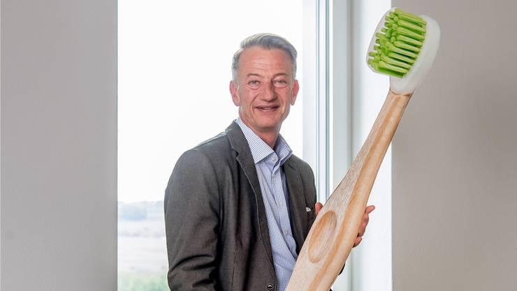 Trisa-Chef Pfenniger mit einem Riesen-Modell der neuen Zahnbürste.Nadia Schärli