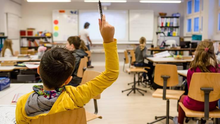 Das Französisch-Lehrmittel Mille feuilles für die Primarschule ist das bisher einzige Lehrwerk, das mit der Sprachenfolge Französisch und Englisch in der Schweiz erarbeitet wurde.