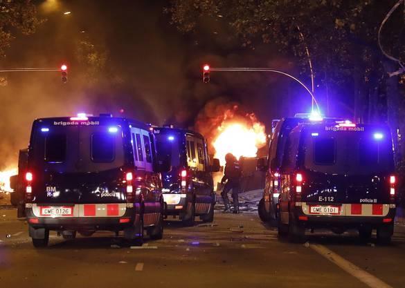 Nach einem friedlichen Protestmarsch tausender Menschen in der Grossstadt errichteten hunderte junge Demonstranten Barrikaden, ...