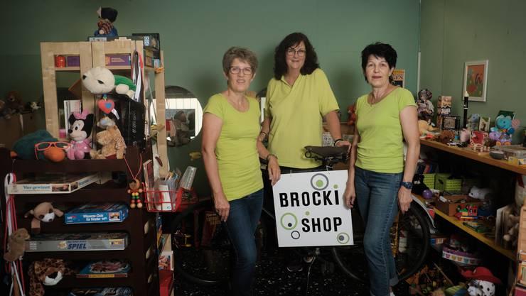 """Die Schwestern Agnes Häfeli (li.) und Lisa Zehnder (re.) betreiben mit ihrer Freundin Betty Egloff (Mitte) seit drei Jahren ehrenamtlich denBrocki-Shop """"Dies&Das"""" in Neuenhof."""