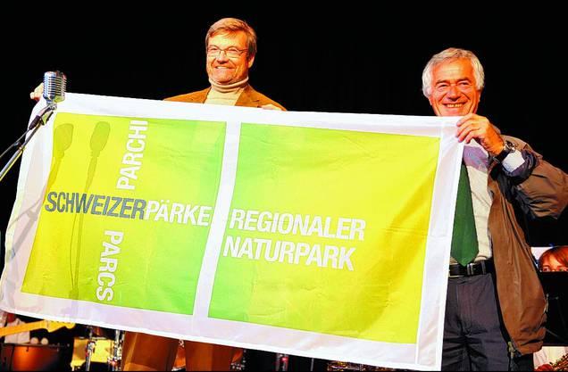 Bafu-Vizedirektor Willy Geiger (l.) und Regierungsrat Walter Straumann zeigten das offizielle Erkennungszeichen für einen Regionalen Naturpark von nationaler Bedeutung.