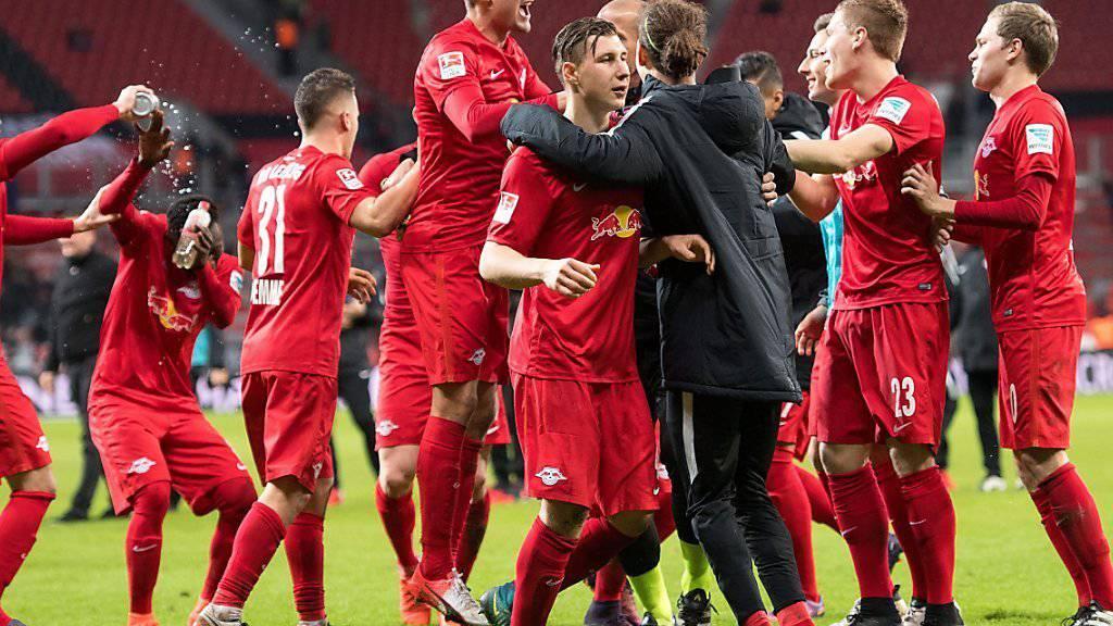 Leipzigs Spieler jubeln nach dem 3:2-Erfolg am Freitagabend in Leverkusen