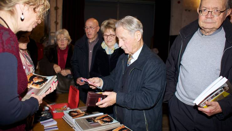 Ansturm auf den Verkaufsstand der Brugger Neujahrsblätter 2013.