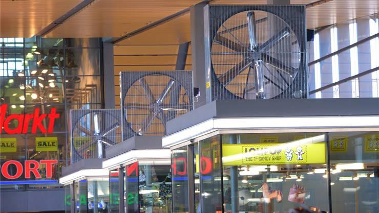 Ein Test soll zeigen, ob die Ventilatoren in der Passerelle gegen die stickige Luft ankommen. Bei Erfolg prüfen die SBB eine dauerhafte Installation.