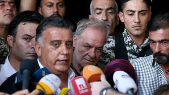 Der libanesische Sicherheitschef General Abbas Ibrahim (l) informierte am Sonntag die Medien über das Schicksal der von der IS-Miliz verschleppten Soldaten. Im Hintergrund sind Angehörige der Soldaten.