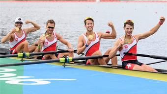 Goldene Tage von Rio: Mario Gyr, Simon Niepmann, Simon Schürch und Lucas Tramèr (von links) zeigen ihre soeben gewonnenen Goldmedaillen.KEYSTONE/Laurent Gillieron