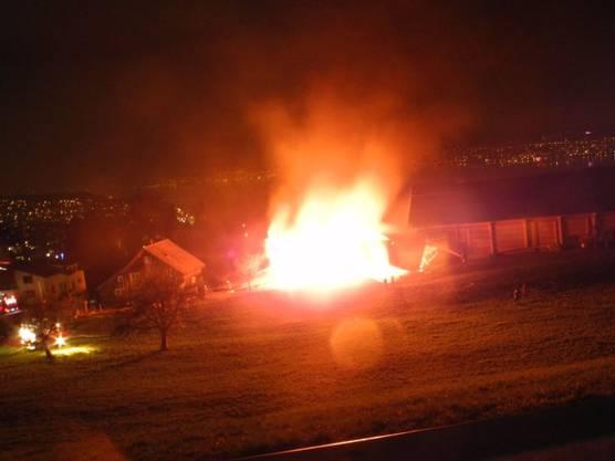 Von weitem sichtbare Flammen: Remise in Schindellegi SZ brannte komplett aus.