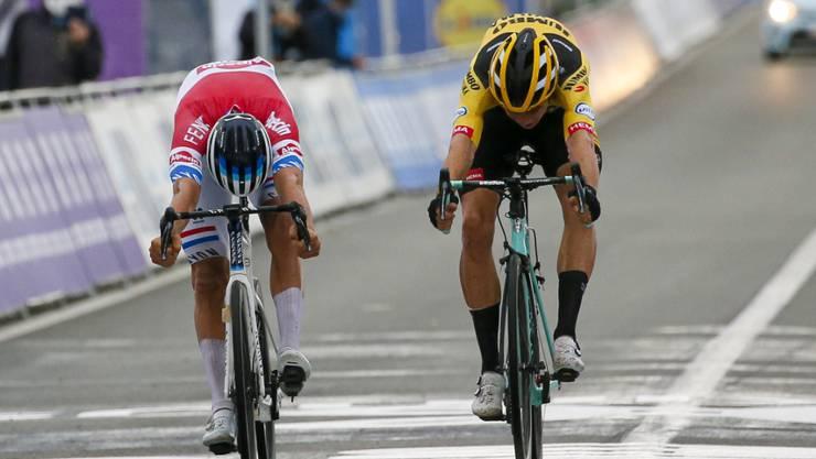 Der Niederländer Mathieu van der Poel (links) fährt an der Flandern-Rundfahrt knapp vor dem Belgier Wout van Aert als Sieger über die Ziellinie