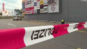 Zur Bluttat kam es am Donnerstag vor dem Einkaufscenter a1. Ein Türke wurde dabei schwer verletzt. Der mutmassliche Täter wurde festgenommen.