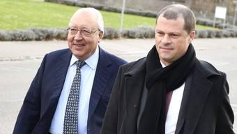 Dolder-Besitzer und Kunstsammler Urs. E. Schwarzenbach (links) mit Anwalt Thomas Sprenger auf dem Weg zum Bülacher Bezirksgericht.