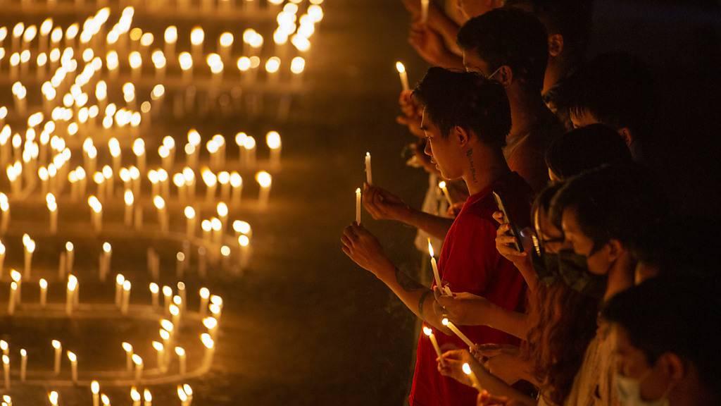 dpatopbilder - Demonstranten halten Kerzen in der Hand, um für die Opfer der Militärgewalt zu beten. Foto: Thuya Zaw/ZUMA Wire/dpa