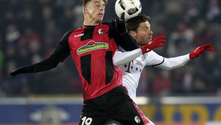 Torschütze Janik Haberer - im Zweikampf mit Bayerns Xabi Alonso - verlangte mit Freiburg dem Favoriten aus München alles ab