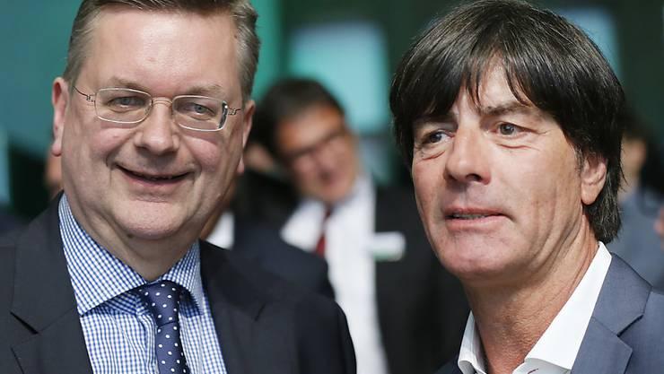 Die Sieger der EM-Bewerbung: der deutsche Verbandspräsident Reinhard Grindel und der deutsche Bundestrainer Joachim Löw