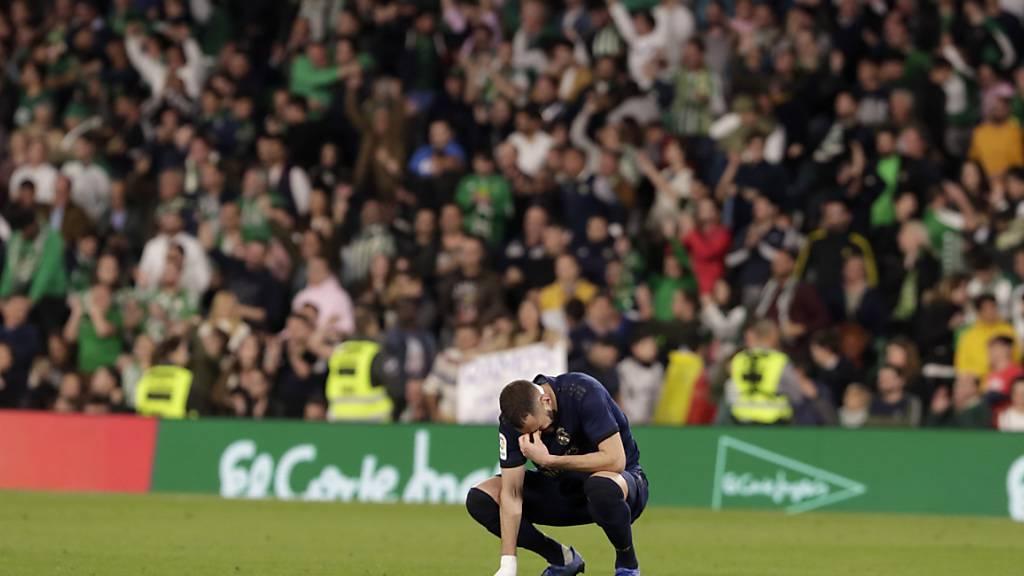 Real Madrids französischer Stürmerstar Karim Benzema kauert am Boden: Die Spieler in Spanien kritisieren die Befürwortung der Liga zur Kurzarbeit