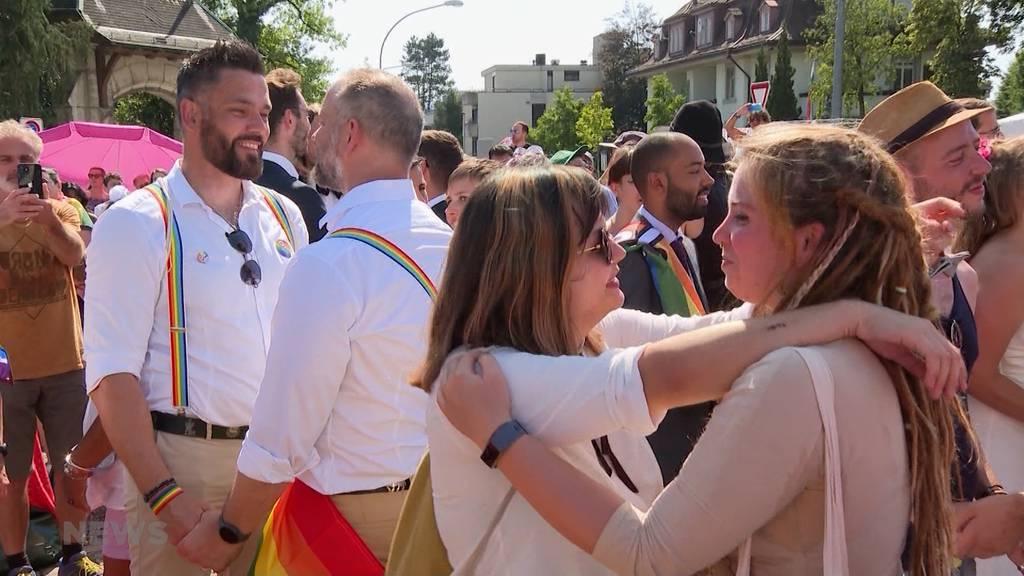 «Ehe für alle»: Hunderte sagen zueinander auf dem Helvetiaplatz symbolisch «Ja»