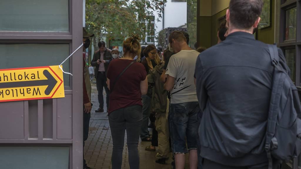 Kurz vor 18 Uhr noch lange Schlangen vor Berliner Wahllokalen