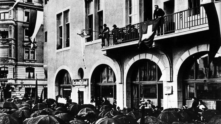 Robert Grimm, sozialdemokratischer Schweizer Politiker und wichtige Figur der schweizerischen Arbeiterbewegung spricht im Frühjahr 1912 von einem Balkon zu streikenden Arbeitern in Zürich.