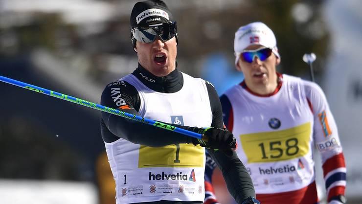 Dario Cologna jubelt über seinen dritten Sieg am prestigeträchtigen Skimarathon.