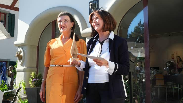 Hélène Vuille (rechts) erhält die Flamme des Friedens von Herta Margarete Habsburg-Lothringen.