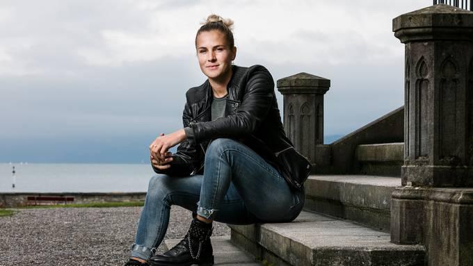 Die Schweizer Fussball-Nationalspielerin Ana Maria Crnogorcevic spielt beim FC Barcelona. Aufgrund des Coronavirus verbringt sie die Zeit aktuell bei ihren Eltern in Thun und häufig mit Freunden auf dem See.