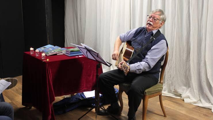 Am Donnerstag war der Seeländer Mundartautor und Chansonnier Hanspeter Möri im Kleintheater Gänggi von Iris Minder zu Gast. Er unterhielt mit seinen Liedern – Selbstgeschriebenes, Mani Matter oder einfach (alt)bekanntes Liedgut zum Mitsingen – ein kleines, aber gutgelauntes Publikum ins neue Jahr hinein.