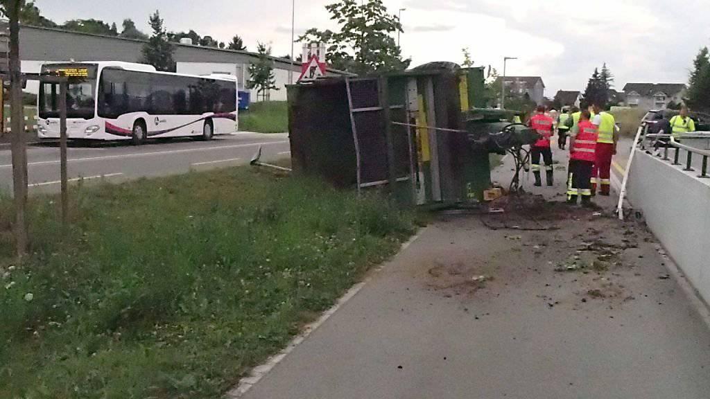Der Miststreuer, der sich vom Traktor gelöst hatte, prallte mit voller Wucht gegen eine Mauer und kippte um. Glücklicherweise wurde niemand verletzt.