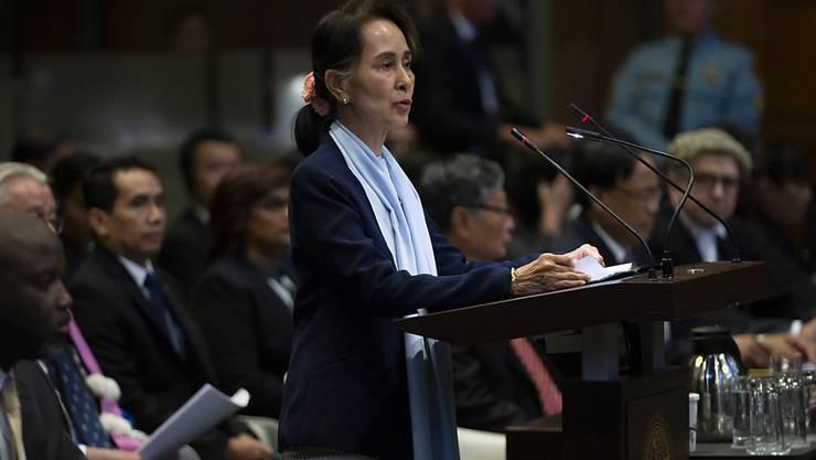 Vor dem Internationalen Strafgerichtshof in Den Haag hat Myanmars De-Facto-Regierungschefin Aung San Suu Kyi das Verfahren wegen des Vorwurfs des Völkermordes an der muslimischen Rohingya-Minderheit angezweifelt.