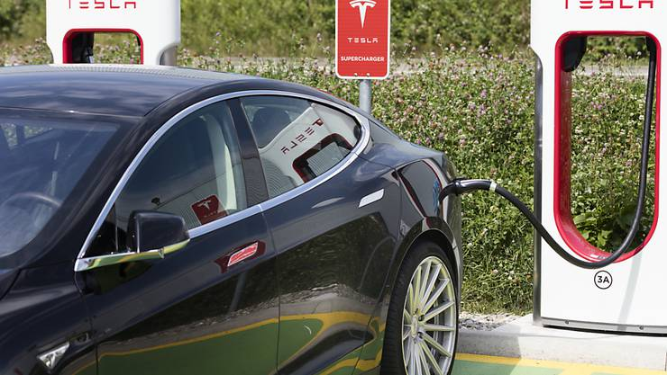 Inzwischen fahren über 10'000 Teslas auf Schweizer Strassen herum: eine Limousine des US-Autobauers an einer Ladestation in Dietlikon (ZH) - (Archivbild).