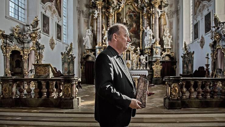 Pfarrer Thomas Gröner versucht, seine Gemeinde zu beruhigen.