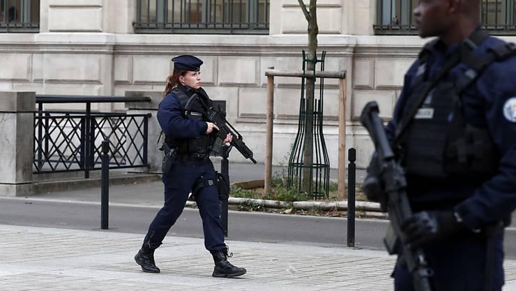 Einsatzkräfte sichern das Pariser Polizeihauptquartier auf der  Île de la Cité im Zentrum von Paris.