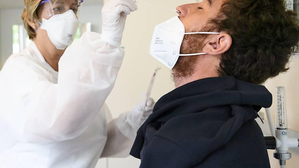 Eine Gesundheitsmitarbeiterin macht einen Nasenabstrich, um einen Patienten auf das Coronavirus Sars-CoV-2 zu testen. (Archivbild)