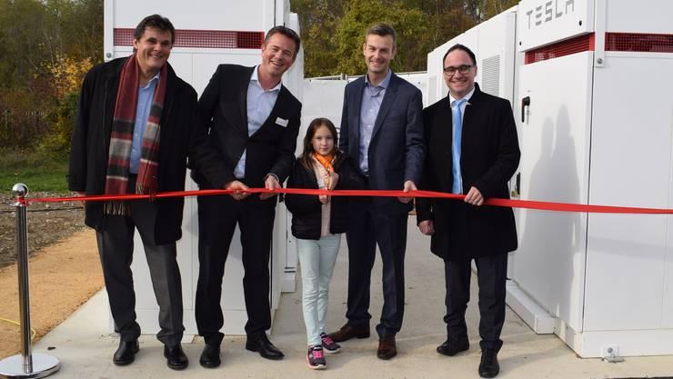 Dominik Müller (Agrola), Tobias Andrist (EBL), Roger Burkhart (Alpiq) und Stephan Burgunder (Gemeindepräsident Pratteln) eröffnen zusammen mit Zukunftstagskind Lisa die Tesla-Batterie in Pratteln.