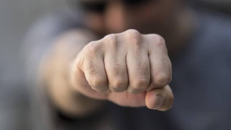 Ein Mann und eine Frau wurde bei einer gewalttätigen Auseinandersetzung verletzt. (Symbolbild)