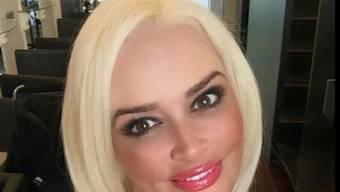 Wie jede junge Mutter wurde die einst langmähnige Daniela Katzenberger von ihrem Baby kräftig gerupft. Sie hat Massnahmen ergriffen und einen radikalen Schnitt machen lassen (Facebook).