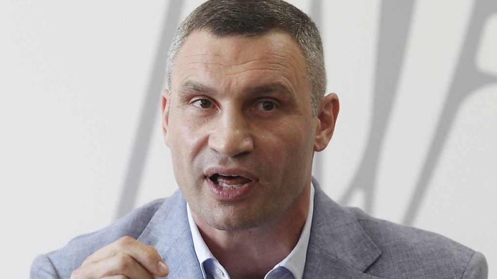 ARCHIV - Vitali Klitschko, ehemaliger Box-Profi und Bürgermeister von Kiew, spricht bei einer Pressekonferenz. Klitschko stllt sich am 25.10.2020 zur Wiederwahl als Bürgermeister in der Hauptstadt. Foto: Serg Glovny/ZUMA Wire/dpa