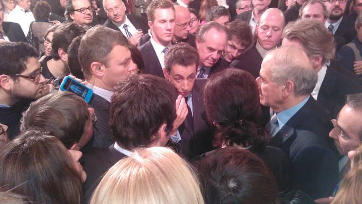 Präsident Sarkozy - von Medienleuten umringt