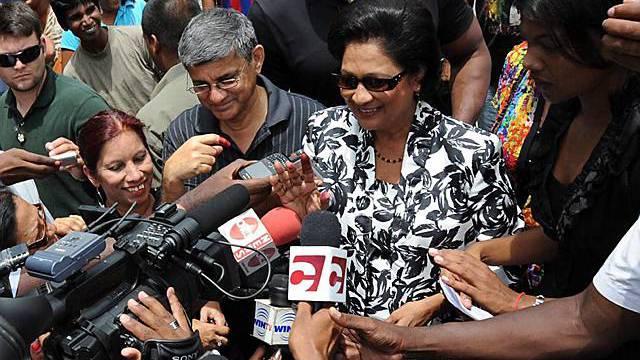Ex-Generalstaatsanwältin Kamla Persad-Bissessar (m.) nach ihrer Stimmabgabe