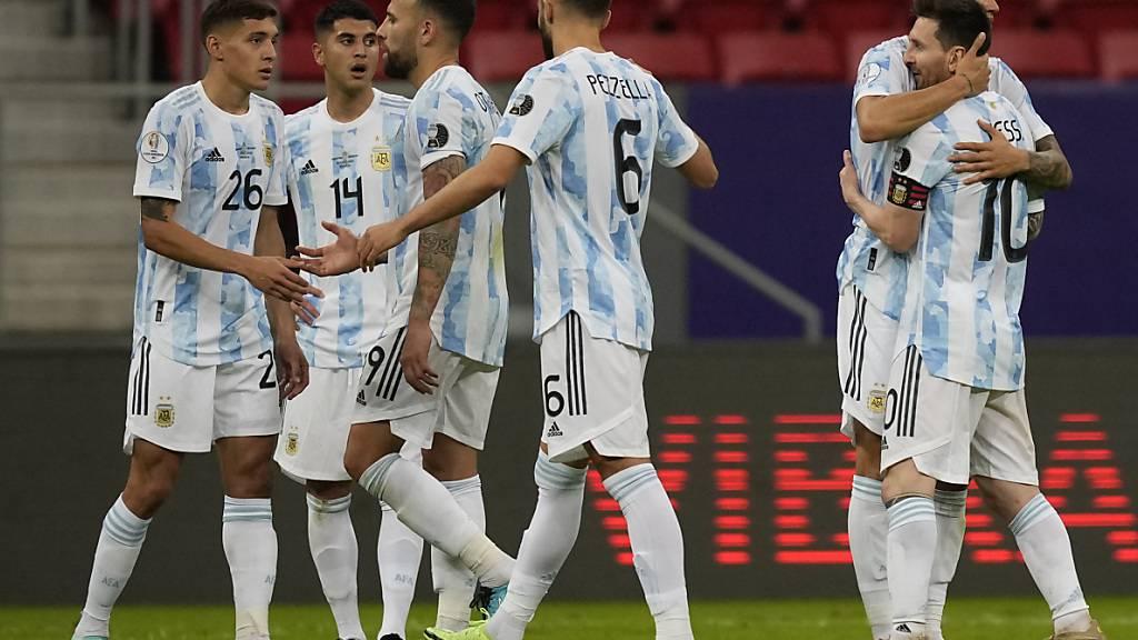 Lionel Messi (rechts) und seine Kollegen feiern den Sieg gegen Uruguay