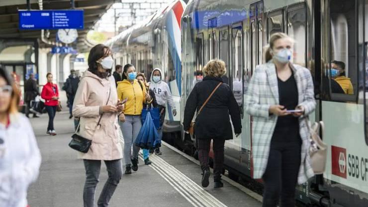 Die Unternehmen des öffentlichen Verkehrs empfehlen das Tragen von Schutzmasken, wenn der Abstand von zwei Metern nicht eingehalten werden kann. (Archivbild)