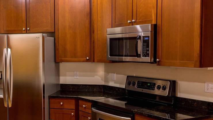 1983: Zwar wurde die Mikrowelle schon viel früher erfunden, in die Läden kam sie jedoch erst in den Achtzigern. Seither ermöglicht sie es jeder Hausfrau und jedem Hausmann, ein Gericht einfach in kurzer Zeit zuzubereiten.
